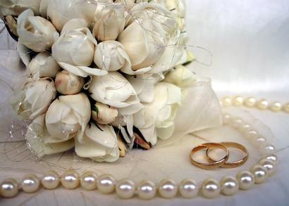 Hochzeitsblumen und Hochzeitsringe
