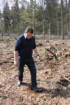 Geschäftsführer Michael Bruck pflanzt mit der chocri-Belegschaft Bäume.