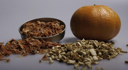 Karottenwürfel und Orangenschale