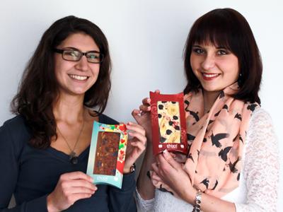 Mia und Mandy mit ihren selbst kreierten chocri Tafeln
